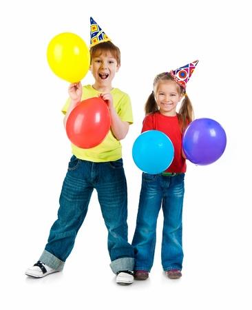 globos de cumpleaños: Niños con gorros de cumpleaños en el fondo blanco
