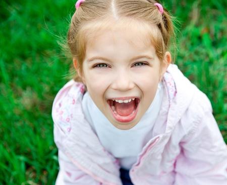 可爱的小女孩在春日的草地上