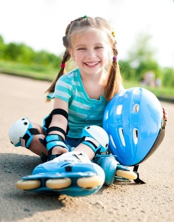 roller: Ni�a en patines de ruedas en un parque