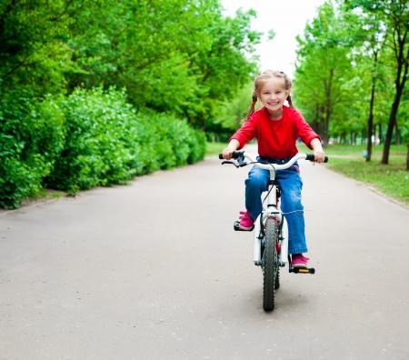 niños en bicicleta: niña con su bicicleta