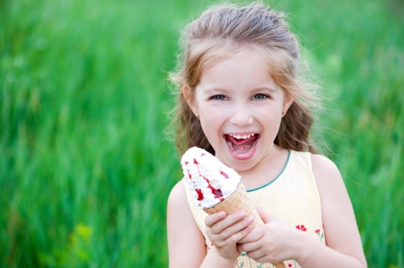 waffles: Hermosa niña come helados en el verano