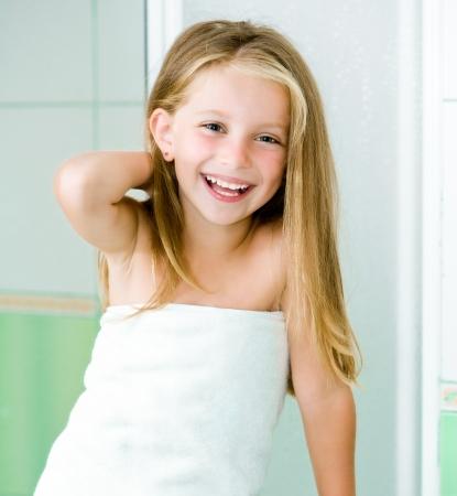 personas tomando agua: Lavado linda niña en el baño Foto de archivo