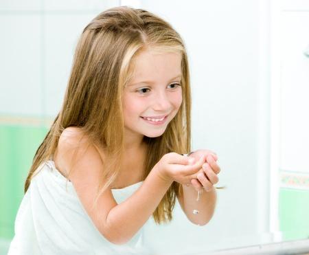 Carino lavaggio bambina in bagno