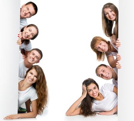 Groep van mooie jonge mensen op zoek white board