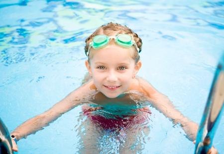 natacion: Niña en la piscina de verano al aire libre