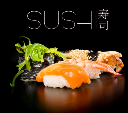 japanese sake: Sushi fijado sobre el fondo negro
