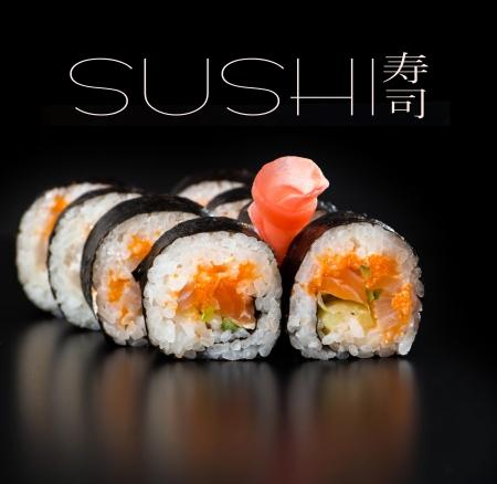 sake: Maki sushi sobre fondo negro Foto de archivo