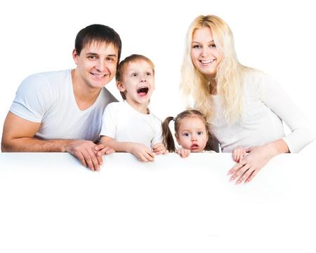 흰색 배너 근처 4 명 가족