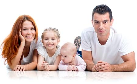 convivencia familiar: familia feliz aislado en fondo blanco