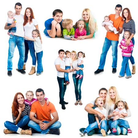 gia đình: hình ảnh thiết lập của một gia đình hạnh phúc mỉm cười cô lập trên nền trắng
