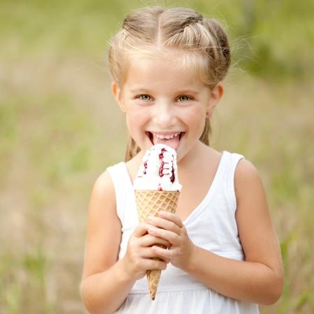 아름 다운 소녀 여름에 아이스크림을 먹는다 스톡 콘텐츠