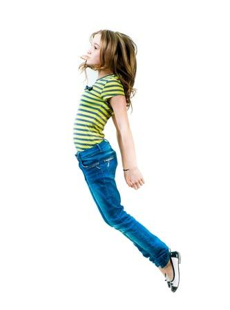 salto largo: hermosa chica volando aislado más de blanco