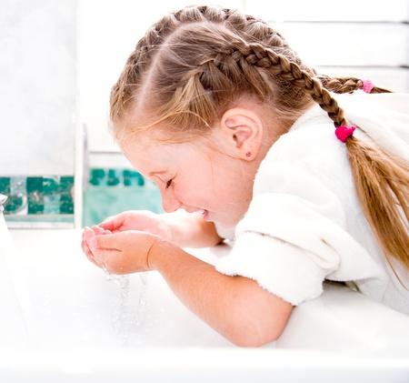 Nettes kleines Mädchen in der Badewanne waschen Lizenzfreie Bilder