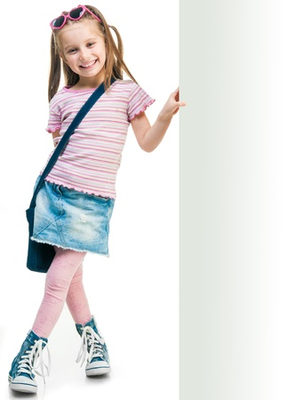 격리 된 화이트 보드 뒤에 작은 패션 소녀 스톡 콘텐츠