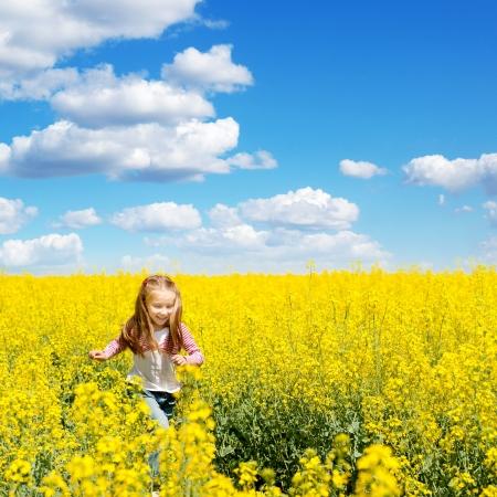 꽃의 필드에 귀여운 소녀