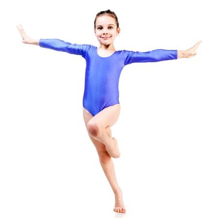 gymnastik: liten flicka gör gymnastik isolerade på vit bakgrund