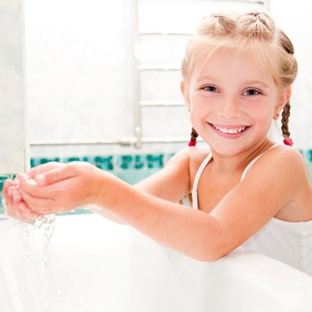 personas tomando agua: Lavado linda ni?n el ba? Foto de archivo