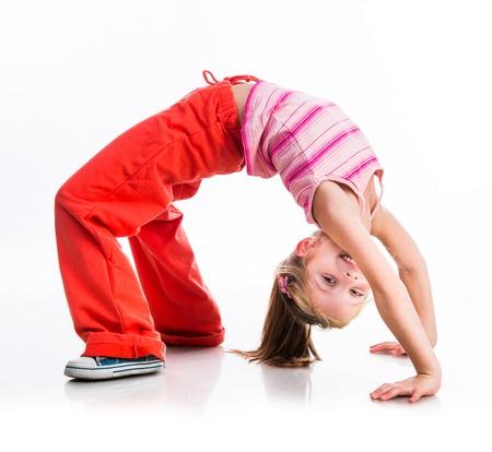 Glücklich niedliche kleine Mädchen geht für Sport auf einem weißen Standard-Bild - 23558363