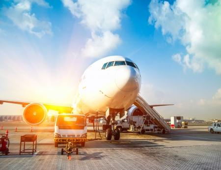 Flugzeug und der Flughafen in der untergehenden Sonne