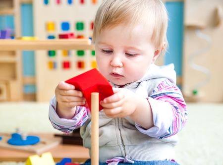 hübsche, kleine Mädchen in der Klasse der frühen Entwicklung