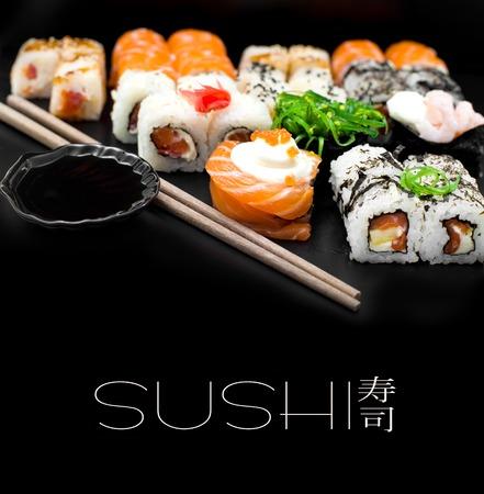 Sushi-Set auf schwarzem Hintergrund isolaterd