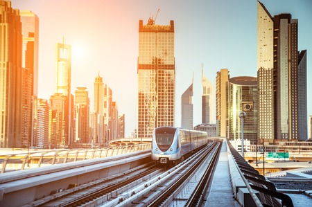 Dubai vista de metro de la tarde de la ciudad de Emiratos Foto de archivo - 27429899