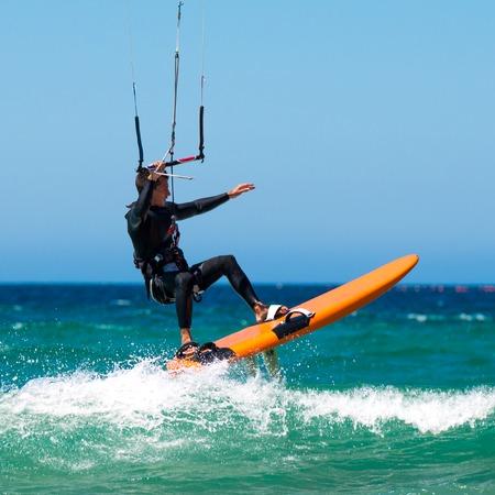 jeune sportif cerf-volant sur la plage sergfer propre dans la journée d'été