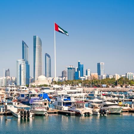 아부 다비에서 요트와 고층 빌딩 부두. UAE