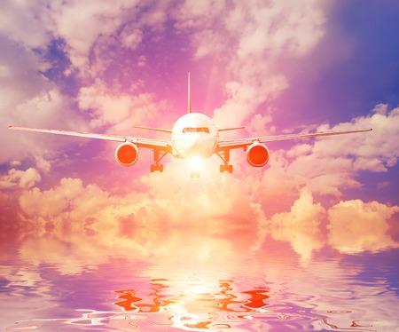 Avión en el cielo al atardecer Foto de archivo - 32251927