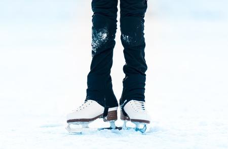 patinaje sobre hielo: peque�os pies en patines sobre hielo Foto de archivo
