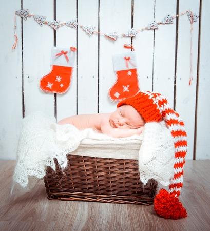 귀여운 신생아는 산타 클로스 모자 근접 촬영에서 잔 스톡 콘텐츠