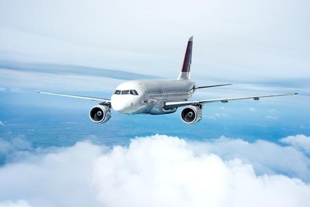 Duidelijk vliegtuig in de lucht - passagiersvliegtuig Stockfoto