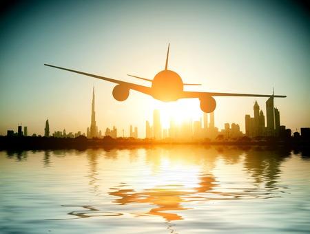 ドバイ。飛行機は、美しいビーチと海の背景に飛びます。アラブ首長国連邦。