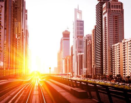 두바이 메트로. 도시의 저녁보기입니다. UAE