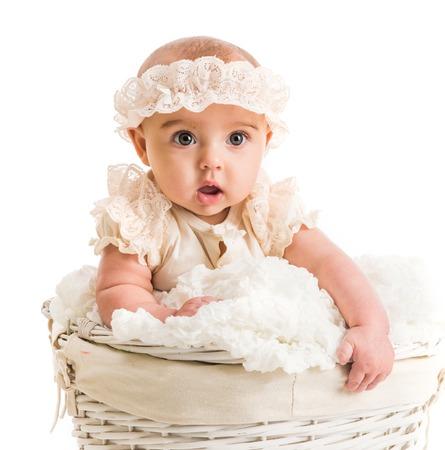 nato: cute bambina in un cesto di vimini con pizzo fascia