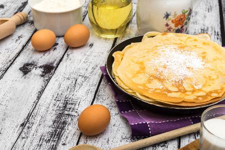 hot cakes: pila de panqueques y los ingredientes sobre un fondo de madera