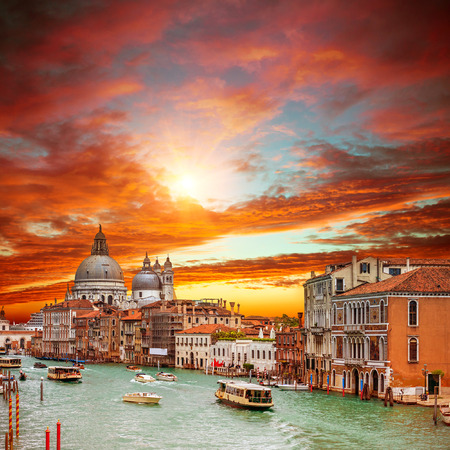 Canal Grande con la Basílica de Santa Maria della Salute en Venecia Foto de archivo - 38489265