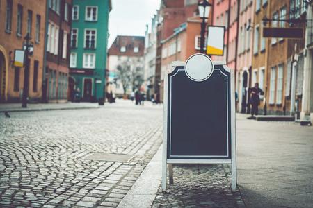 Cafe Schild mit Platz für Text in einem alten europäischen Stadt