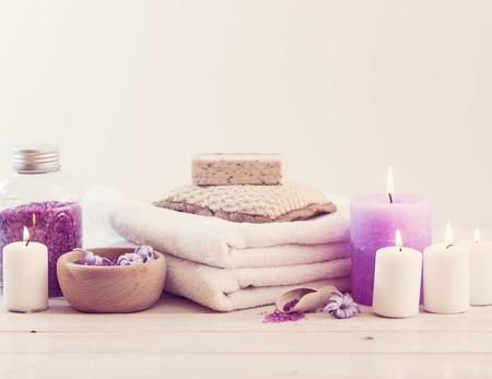 salon de belleza: Composición de tratamiento de spa en la mesa de madera blanca