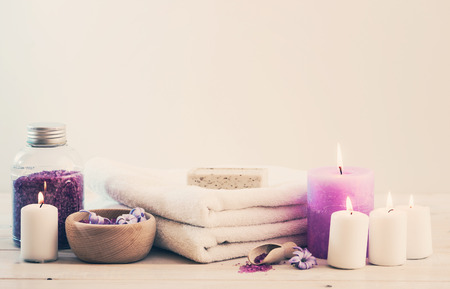 Composition of spa treatment on the white wooden table Standard-Bild