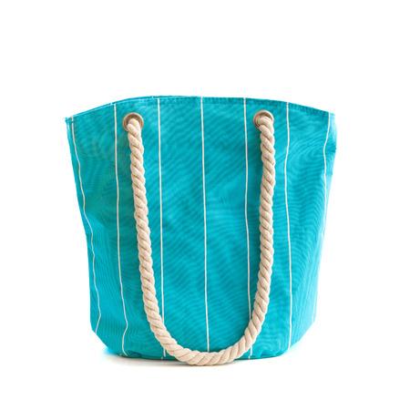 白で隔離青いビーチ バッグ