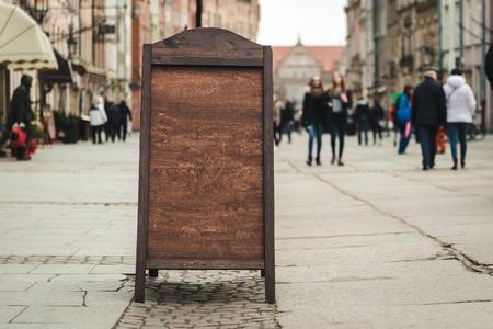Cafe bord met ruimte voor tekst in een oude Europese stad