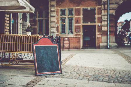 古いヨーロッパの都市内のテキストのためのスペースとカフェのサイン 写真素材