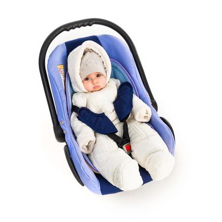 asiento coche: Seis meses bebé en un asiento de coche, aislado en blanco