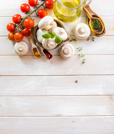 italienisches essen: Lebensmittelzutaten zum Kochen vegetarische Nahrung auf einem hölzernen Hintergrund