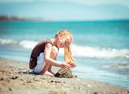 niedliche kleine Mädchen laufen auf tropischen Strandurlaub
