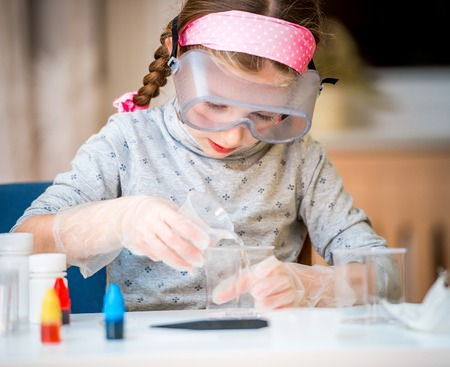화학에 대한 플라스크와 함께 행복 한 작은 소녀 스톡 콘텐츠 - 39462160