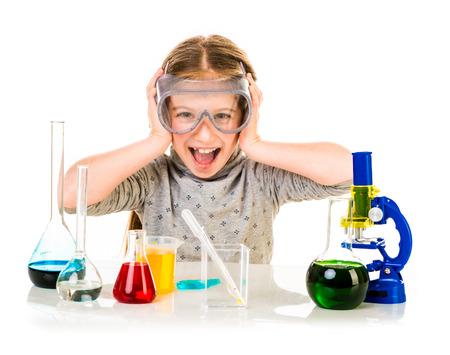 Petite fille heureuse avec des flacons pour la chimie isolé sur un fond blanc Banque d'images - 39465268