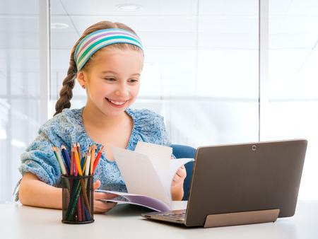 Kleine Mädchen und ihr Zauber Tablette Standard-Bild - 39465545