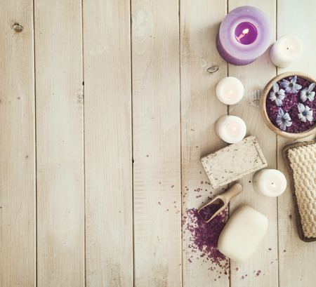 Composition of spa treatment on the white wooden table Foto de archivo